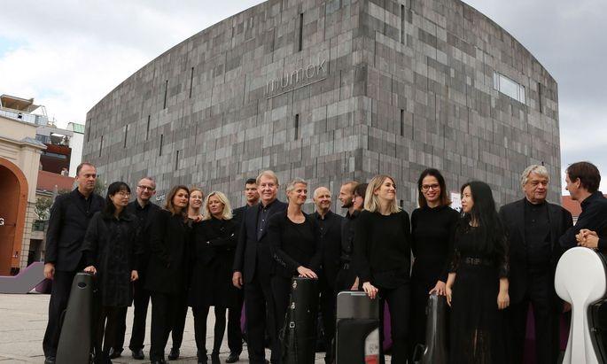 """Kein """"Telefonorchester"""": Das ensemble xx. jahrhundert wurde 1971 von Peter Burwik gegründet."""