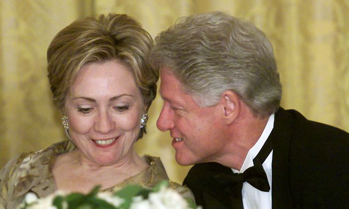 PRESIDENT CLINTON AND FIRST LADY SHARE A MOMENT AT WHITE HOUSE