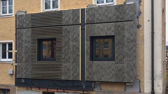 Die Holz-Zement-Platten der Salzburger Multifunktionsfassade haben eine Struktur, die an Baumrinde erinnert und extra für den Wohnbau konstruiert wurde.