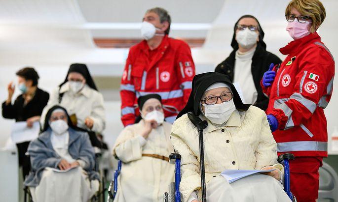 Warten auf eine Corona-Impfung in Bergamo, Italien.
