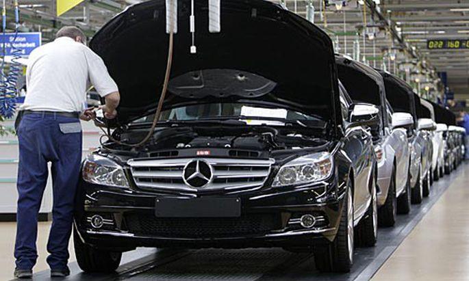 Autokonzern Daimler reagiert auf die Absatzkrise mit monatelanger Kurzarbeit für tausende Mitarbeiter.
