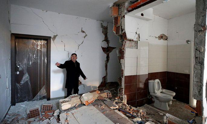 Der 73-jährige Avni Hoxha zeigt die Schäden in seiner Wohnung nach dem Erdbeben in der albanischen Stadt Durres.
