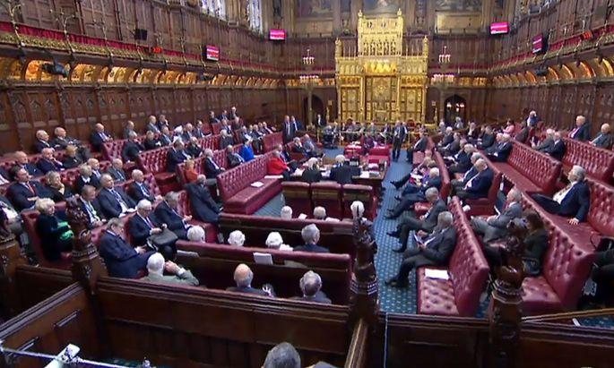 Die Augen richten sich heute zur Abwechslung einmal auf das House of Lords im Londoner Parlament, dessen Versammlungssaal doch ein Stück weit prunkvoller gestaltet ist, als jener des House of Commons.