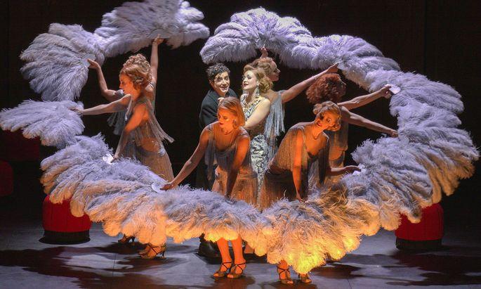 Barrie Koskys Inszenierung nimmt Anleihen beim Revue-Stil der Dreißigerjahre.
