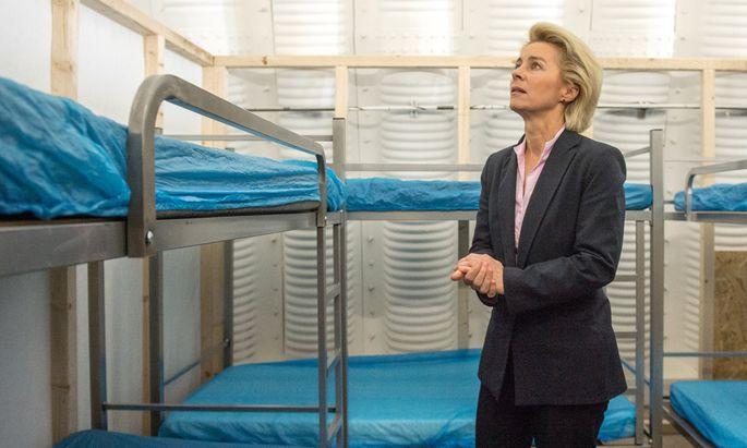 Verteidigungsministerin besucht Wartezentrum Asyl