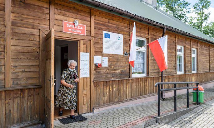 Eine Wählerin verlässt das Wahllokal in Stulno im Osten Polens. Die ländlichen Regionen und Ostpolen sind traditionelle Hochburgen der nationalkonservativen PiS.