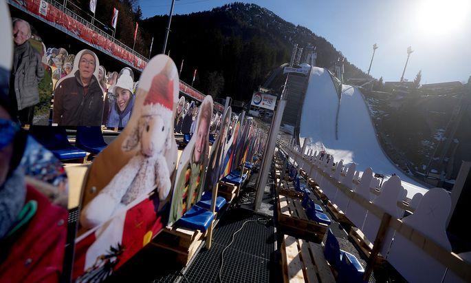 Das Publikum aus Pappkarton steht in Oberstdorf schon bereit.