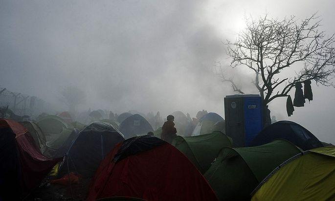Gestrandete Flüchtlinge an der Grenze zu Mazedonien.