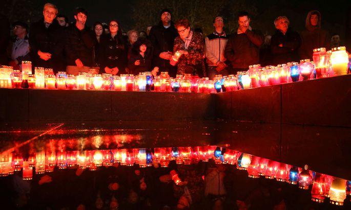 Trauerfeier bosnischer Kroaten in Mostar für General Praljak, der sich vor dem UN-Kriegsverbrechertribunal vergiftet hatte.