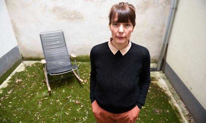 """Evi Romen im Hof ihres Wiener Büros im 6. Bezirk. Sie dreht noch heuer ihrer ersten eigenen Film """"Hochwald"""" in ihrer Heimat Südtirol und in Österreich."""