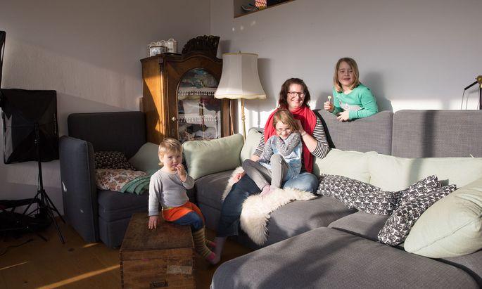Familienzeit auf dem Sofa: Die Bloggerin Judith List und ihre drei Töchter.