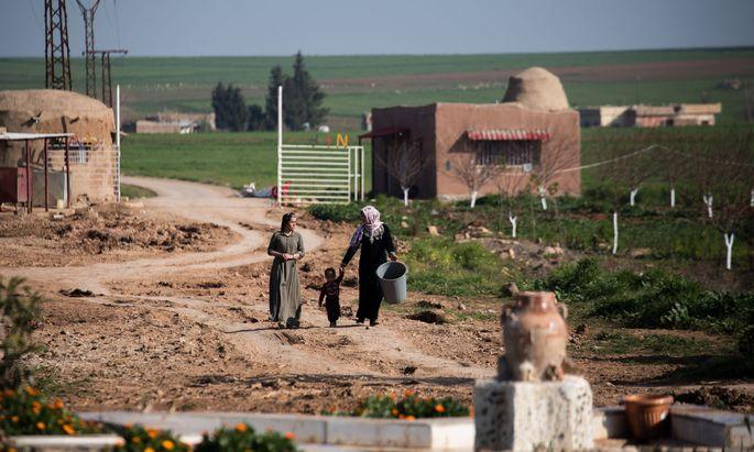 Blick in einen Teil des Dorfs der Frauen im kurdischen Nordsyrien.