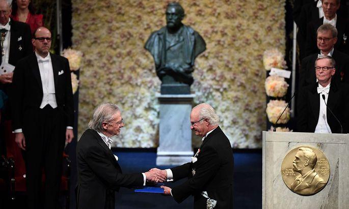 Peter Handke erhält die Insignien des Nobelpreises aus den Händen des schwedischen Königs Carl Gustaf.