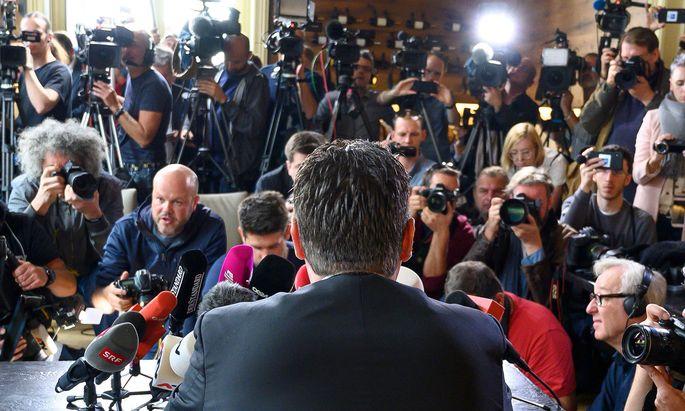 Vor dem Austritt kommt der Auftritt: Heinz-Christian Strache, nach dem Ibiza-Video als FPÖ-Chef und Vizekanzler abgetreten, stellt seine Parteimitgliedschaft in der FPÖ ruhend.