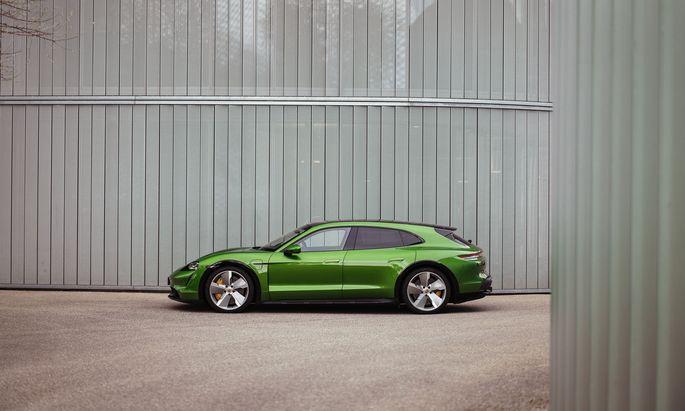 Grünes Licht für Tempo 250: Der vollelektrische Porsche Taycan Cross Turismo regelt erst bei dieser Geschwindigkeit ab. Die ist recht flott erreicht.