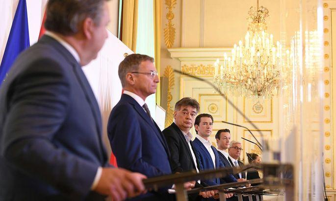 Bürgermeister Ludwig (SPÖ), dLH Stelzer (ÖVP), Vizekanzler Kogler (Grüne), Bundeskanzler Kurz (ÖVP), Finanzminister Blümel (ÖVP) und Gemeindebundpräsident Riedl bei der Pressekonferenz am Montag im Bundeskanzleramt in Wien.