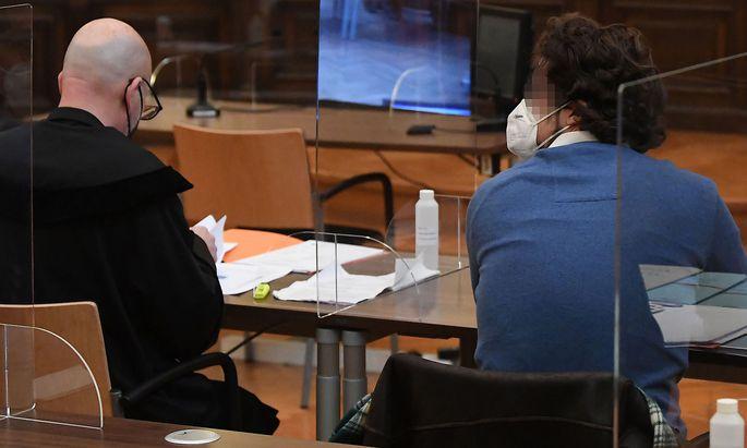Anwalt Andreas Schweitzer mit seinem Klienten V. (29) im Straflandesgericht Wien. Plexiglaswände sollten während der Verhandlung vor Corona-Infektionen schützen.