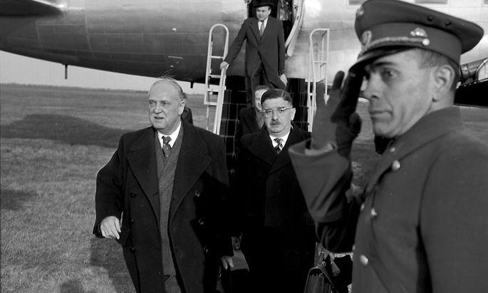 Die Österreich-Delegation – u. a. Bundeskanzler Julius Raab, Vizekanzler Adolf Schärf und Außenminister Leopold Figl – landete nach Unterzeichnung des Moskauer Memorandums am 15. April 1955 am Flugplatz Bad Vöslau.