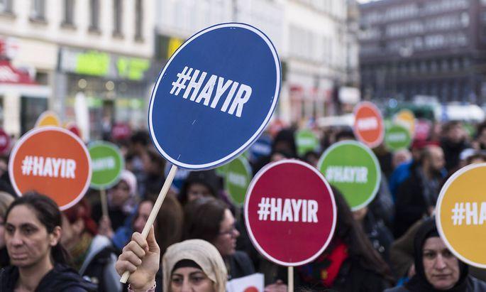 #hayir - Diese Deutschtürken in Berlin sind gegen die vom türkischen Präsidenten Erdogan angestrebte Verfassungsänderung.