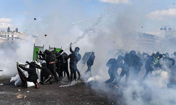 TOPSHOT-FRANCE-POLITICS-SOCIAL-DEMO