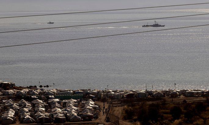 Das Camp Mavrovouni auf der griechischen Insel Lesbos - im Hintergrund ein Schiff der griechischen Küstenwache.