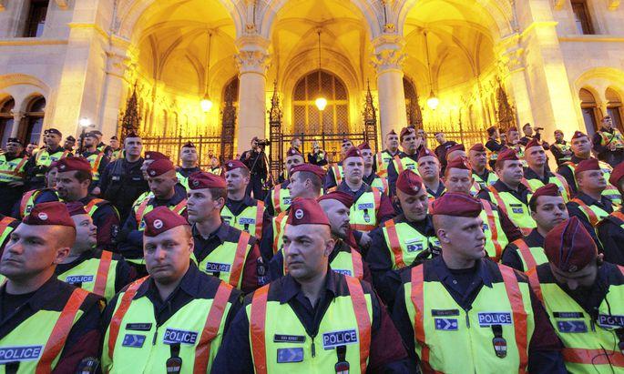 protests against closure of CEU Budapest Hungary UNGARN 04 04 2017 Budapest V Bezirk Demons
