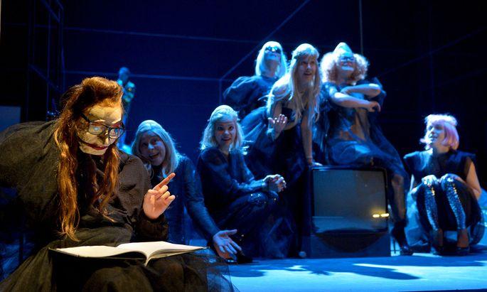 """Von der Musikstudentin zur Autorin: Jelinek als Puppe im Stück """"Schatten (Eurydike sagt)"""", Akademietheater 2013."""