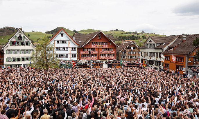 Volksherrschaft? Nach Karl Popper ein unglücklicher Irrtum. Hier eine Landsgemeinde-Abstimmung in Appenzell, Schweiz, 2012.