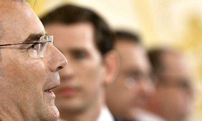 Finanzminister Löger, im Hintergrund Kanzler Kurz und Vizekanzler Strache bei der Präsentation der Steuerreform am Dienstag.