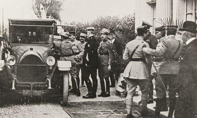Die Akten des Staatsvertrages werden im Auto Karl Renners verstaut. Saint-Germain-en-Laye, September 1919.