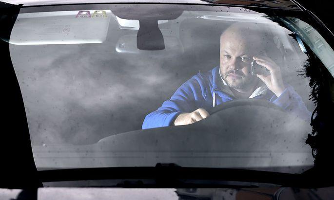 Telefonieren am Steuer ist ohnehin bereits verboten. Bald könnten die Regeln für Autofahrer strenger werden.
