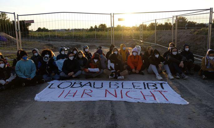 """""""Lobau bleibt, ihr nicht"""": Der Protest richtet sich gegen die Zubringerstraße des Großprojekts Lobau-Autobahn."""
