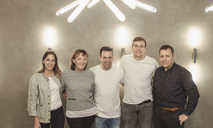 Familienfoto: Sandra Schaffer, Brigitte Öfferl, Lukas Uhl, Georg und Walter Öfferl (v. li.).
