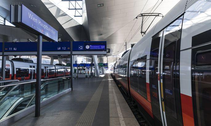 Leere Bahnhöfe, leere Züge: Die ÖBB verzeichneten im Personenverkehr einen Rückgang beim Passagieraufkommen um 80 bis 90 Prozent.