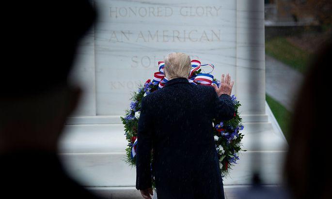Am Tag der veteranen legte Trump in Arlington, Virginia, einen Kranz nieder. Biden besuchte derweil das Mahnmal zum Koreakrieg in Philadelphia in Pennsylvania.