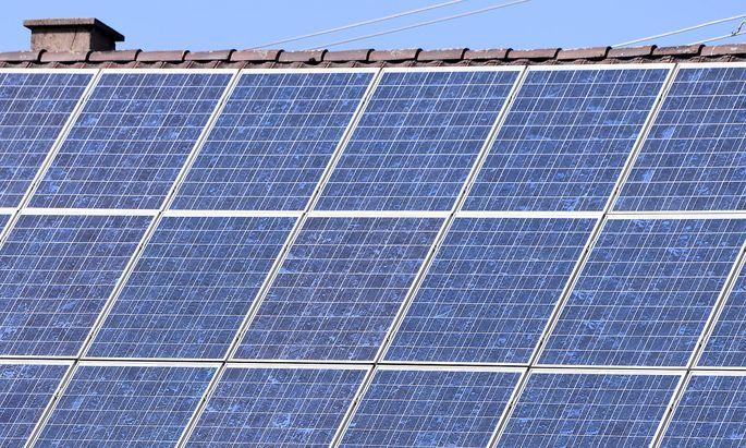 Horb (Kreis Freudenstadt) Schmuckbild: 19.04.2020 Eine Photovoltaikanlage auf einem Einfamilienhaus *** Horb Kreis Freud