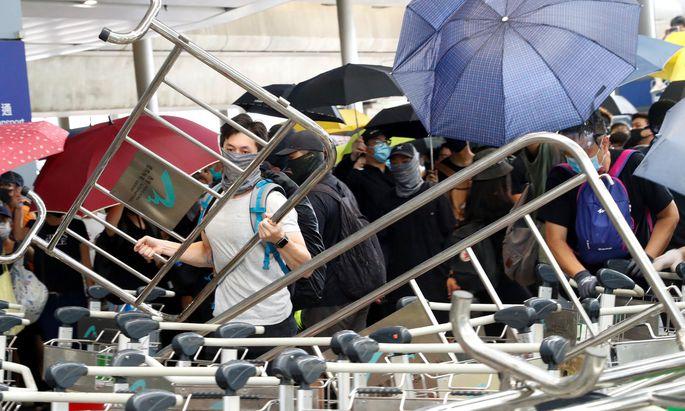 Die Demonstrationen in Hongkong von Samstag und Sonntag sind kaum verklungen, da machten sich am Montag neuerlich Aktivisten auf - und lösten an U-Bahnhöfen Chaos aus.