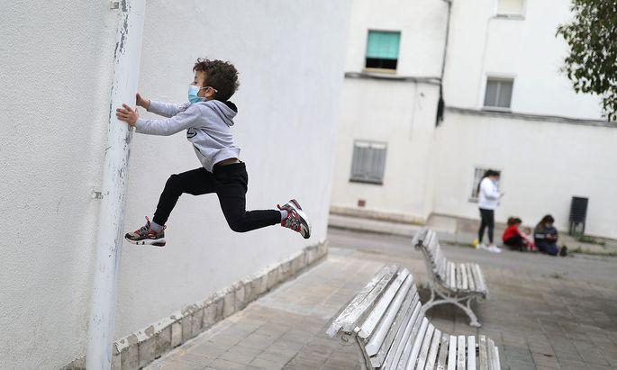 Die von Kindern ausgehende Ansteckungsgefahr sorgt seit Monaten für heftige öffentliche Debatten (im Bild: ein spanischer Bub beim Spielen Ende April in Igualada).
