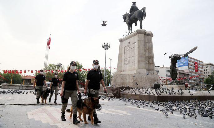 Archivbild von Mitte Mai aus Ankara, als die Polizei den Coronavirus-Lockdown kontrollierte.