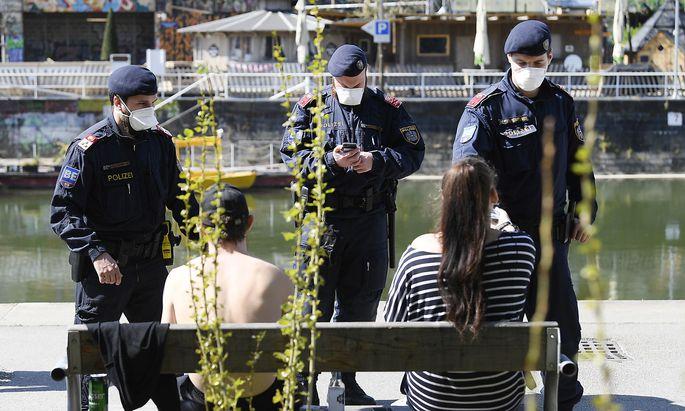 Die Polizei kontrolliert die Einhaltung der Corona-Maßnahmen.