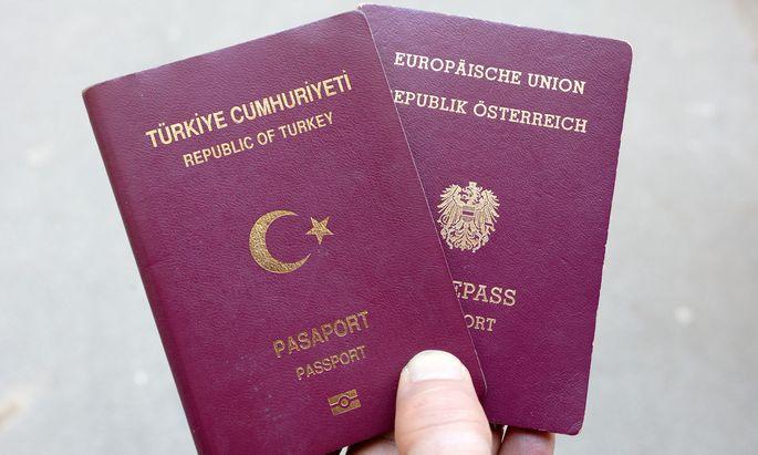 Symbolbild: Türkischer und österreichischer Pass