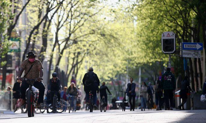 Eine Wiener Einkaufsstraße Ende April