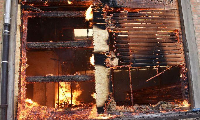 Binnen einer Stunde konnte der Brand am frühen Sonntagnachmittag unter Kontrolle gebracht werden.