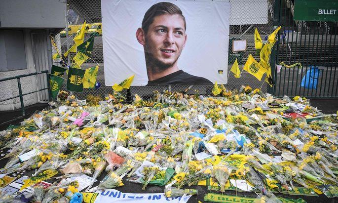 Nantes: Fans legen Blumen, Fahnen und Fotos in Gedenken an Emiliano Sala vor den Stadioneingang.