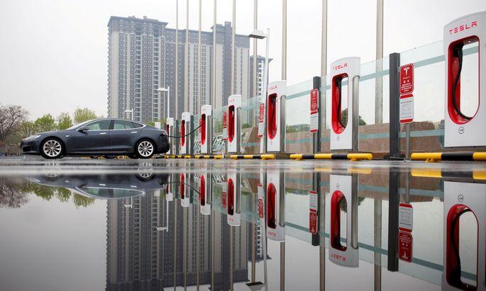 Der Elektroautopionier Tesla will seine Schnellladestationen auch für Elektrofahrzeuge (EV) anderer Hersteller zugänglich machen.