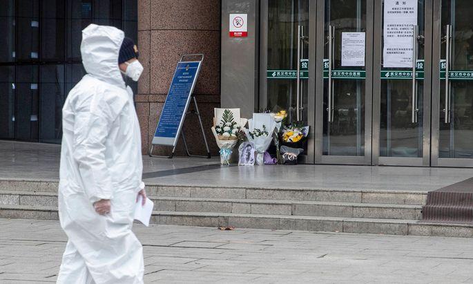 Sympathiebekundungen mit Li Wenliang: Blumen und Bilder vor dem Zentralen Hospital in Wuhan.
