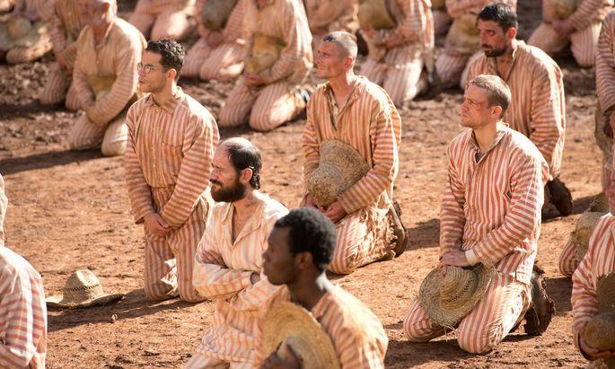 Degradierung steht hier auf der Tagesordnung: Die Gefangenen (u. a. Rami Malek, mit Brille) beobachten die Hinrichtung eines Mithäftlings.
