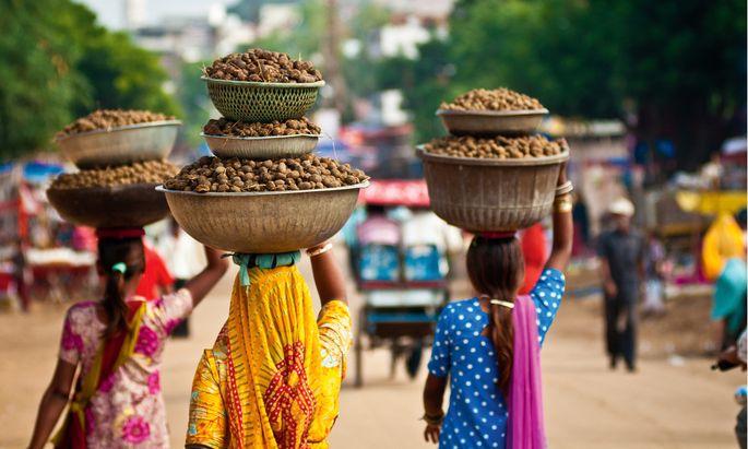 Hilfe. Frauen in Indien sind oft gefährdet. Initiativen wie Sheroe's Hangout in Agra steuern dagegen: Opfer von Säureattentaten arbeiten im Café. sheroeshangout.com