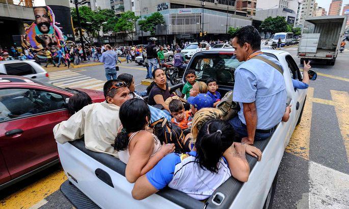 Eine Straßenszene in Caracas, Venezuela. Inmitten der politischen Krise hatte ein gigantischer Stromausfall am Freitag die Hauptstadt und weite Teile des Landes lahmgelegt.