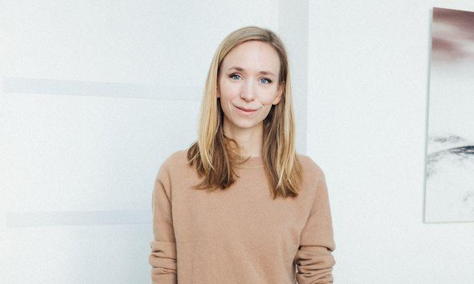 Die Künstlerin Stephanie Rainer mit ihrem Entwurf für den Unternehmerinnen Award 2020, der im Jänner an die Siegerinnen verliehen wird.